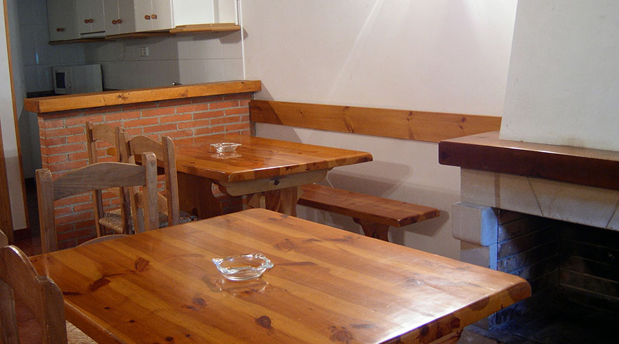 Comedor con chimenea de la Casa Rural Pocotrigo